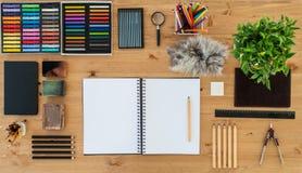 Bästa sikt av en konstnärhemstudio Målareworktable i beställning med en tom sketchpad Arbetsplatsworkspace fotografering för bildbyråer