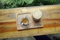 Bästa sikt av en kopp kaffe på trätabellen arkivfoto