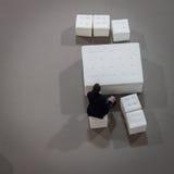 Bästa sikt av en man som talar på telefonen på HOMI, internationell show för hem i Milan, Italien Royaltyfri Bild