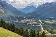 Bästa sikt av en stad Banff i en pilbåge River Valley Fotografering för Bildbyråer