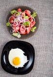 Bästa sikt av en sund hemlagad frukost av stekte ägg och en sal arkivfoton