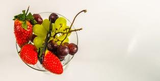 Bästa sikt av en uppsättning av ny frukt i ett exponeringsglas, sunt mellanmål Fotografering för Bildbyråer