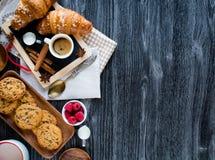 Bästa sikt av en wood tabell mycket av kakor, frukter, kaffe, kex Royaltyfri Foto