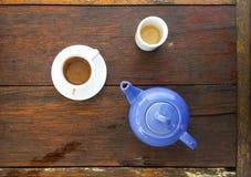 Bästa sikt av espressokaffekoppen med en tekruka Copyspace för text Arkivbild