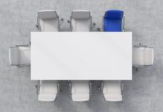 Bästa sikt av ett konferensrum En vit rektangulär tabell och åtta stolar omkring, ett av dem är blåa Abstrakt 3d framförde inomhu Royaltyfri Foto