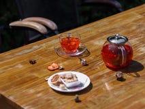 Bästa sikt av ett sommarfruktte med nya jordgubbar och den naturliga vinbäret på en träbakgrund healthful frukost royaltyfri bild