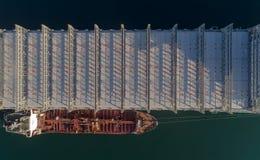 Bästa sikt av ett stort tomt behållareskepp och en stående sida för tankfartyg - förbi - sida Arkivbilder