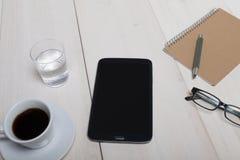 Bästa sikt av ett träarbetsskrivbord med G för exponeringsglas för minnestavlaPCanteckningsbok arkivbilder