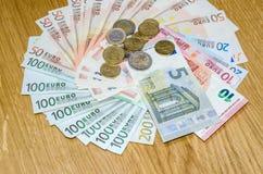 Bästa sikt av euromynt och sedlar Arkivbild