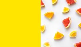 Bästa sikt av färgrik orange frukt på vit bakgrund begreppsidéer av frukt, grönsak äta som är sunt royaltyfria foton