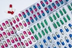 Bästa sikt av färgrika kapselpreventivpillerar i blåsapacken som är ordnad med den härliga modellen Farmaceutiskt förpacka Medici arkivfoton