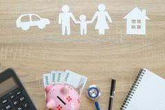 Bästa sikt av försäkringbegreppet med familjen, bil, huspapper, ste Fotografering för Bildbyråer