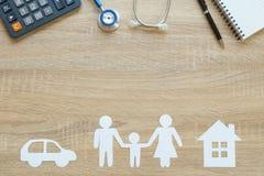Bästa sikt av försäkringbegreppet med familjen, bil, huspapper, ste Royaltyfria Foton
