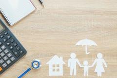 Bästa sikt av försäkringbegreppet med familjpapper, stetoskop, ho Royaltyfri Bild