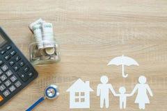 Bästa sikt av försäkringbegreppet med familjpapper, stetoskop, ho Royaltyfria Bilder