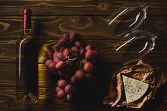 bästa sikt av flaskan av vitt vin med aptitretare och vinglas royaltyfria bilder