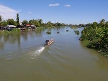 Bästa sikt av floden mekong med fartyget för lång svans Royaltyfria Bilder