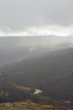 Bästa sikt av flodKurdzhips'ens kanjon i omslag av dimma Arkivbilder