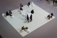 Bästa sikt av folk som besöker HOMI, internationell show för hem i Milan, Italien Arkivbild