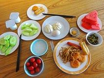 Bästa sikt av frukosten för traditionell kines på tabellen royaltyfri foto