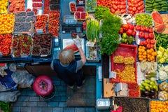 Bästa sikt av frukt- och grönsakkiosket i marknaden royaltyfria foton