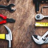 Bästa sikt av funktionsdugliga hjälpmedel, skiftnyckel, hålighetskiftnyckel, hammare som är screwdrive Fotografering för Bildbyråer