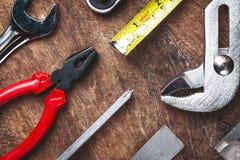 Bästa sikt av funktionsdugliga hjälpmedel, skiftnyckel, hålighetskiftnyckel, hammare som är screwdrive Royaltyfri Foto