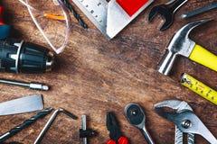 Bästa sikt av funktionsdugliga hjälpmedel, skiftnyckel, hålighetskiftnyckel, hammare som är screwdrive Royaltyfri Fotografi