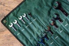 Bästa sikt av funktionsdugliga hjälpmedel, uppsättning av skiftnyckeln på grönt tyg på woode Royaltyfri Bild