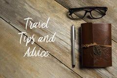 Bästa sikt av glasögon, pennan och anteckningsboken på träbakgrund som är skriftlig med LOPPSPETSAR OCH RÅDGIVNING royaltyfri fotografi