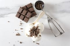 Bästa sikt av glass med chokladstänk överst Smakligt och uppfriskande mellanmål på sommartid arkivbild