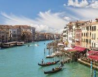 Bästa sikt av Grand Canal och gondolerna med turister, Venedig Royaltyfri Bild