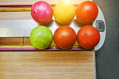 Bästa sikt av grupp färgade bowlingklot på bunkeelevatorn Arkivfoto