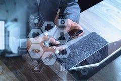 bästa sikt av handen för medicinsk doktor som arbetar med den smarta telefonen som är digital Arkivbild