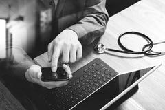 bästa sikt av handen för medicinsk doktor som arbetar med den smarta telefonen som är digital Royaltyfri Foto