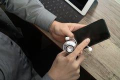 bästa sikt av handen för medicinsk doktor som arbetar med den smarta telefonen som är digital Royaltyfria Foton