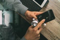 bästa sikt av handen för medicinsk doktor som arbetar med den smarta telefonen som är digital Arkivfoto