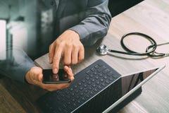 bästa sikt av handen för medicinsk doktor som arbetar med den smarta telefonen som är digital Fotografering för Bildbyråer