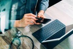 bästa sikt av handen för medicinsk doktor som arbetar med den smarta telefonen som är digital Arkivfoton
