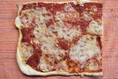 Bästa sikt av hemlagad margheritapizza Royaltyfria Foton