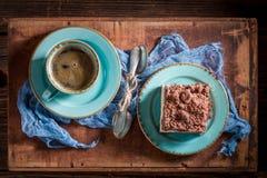 Bästa sikt av hemlagad ostkaka som tjänas som i blått porslin royaltyfri foto