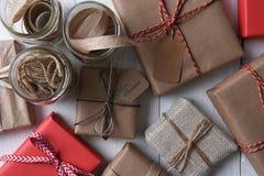 Bästa sikt av Holdiay gåvor och inpackningstillförsel Arkivfoton
