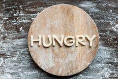 Bästa sikt av hungrigt för ord som göras från kakadeg med mjöl arkivbilder