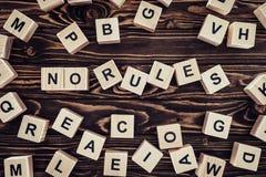 bästa sikt av inget märka för regler som göras av träkuber på den bruna trätabletopen arkivbild