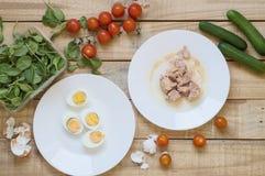 Bästa sikt av ingredienser för sund och allsidig tonfisksallad tunna royaltyfri bild