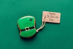 bästa sikt av isläggningkakan i form av den gröna hatten på gräsplan, st-patricks royaltyfria bilder