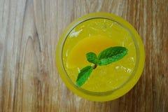 Bästa sikt av italiensk sodavatten för uppfriskande orange persika med mintkaramelltjänstledigheter Royaltyfri Foto