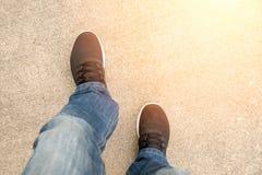 Bästa sikt av jeans för mankläder och svarta gymnastikskor Fotografering för Bildbyråer