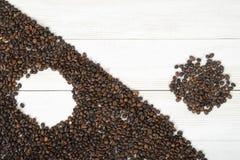 Bästa sikt av kaffebönor som gör ett ändrat symbol Yin yang med gränsen diagonalt arkivfoton