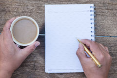 bästa sikt av kaffekoppen med handhandstil och mellanrumsanteckningsboken och Arkivfoton